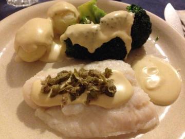 Lombo de peixe com molho de mostarda e alcaparras
