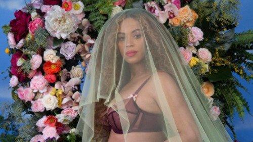 Beyoncé announces she's pregnant with twins