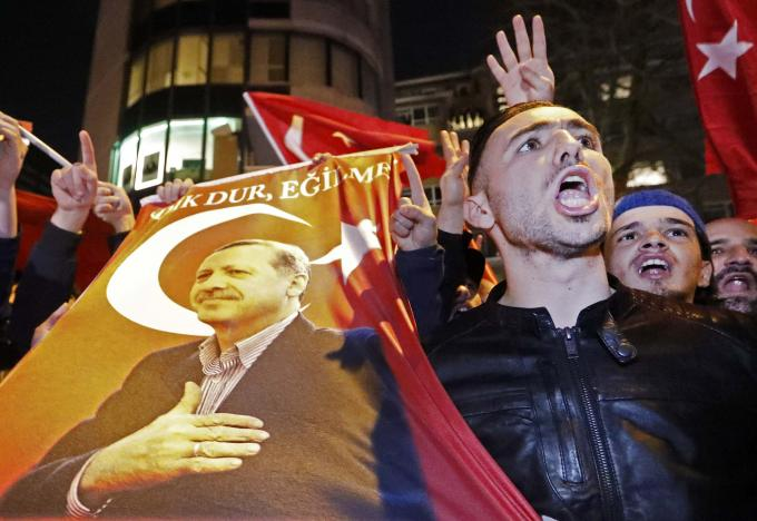 Islamic nightmare in the Netherlands - See What do the gestures of Turkish demonstrators in favor of Erdogan in Rotterdam!