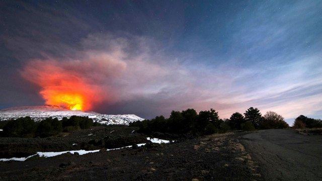 Mount #Etna's volcanic eruption injures 10, including BBC crew