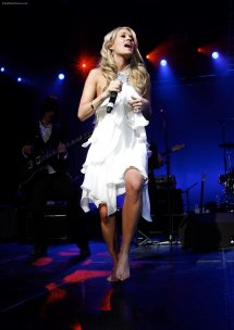 Carrie Underwood Barefoot On Stage