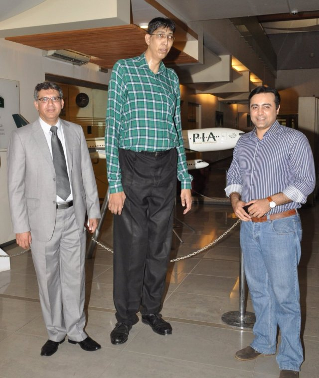 """Danyal Gilani on Twitter: """"On my last day at PIA pleased to meet renowned TV anchor @_Mansoor_Ali with Pakistan's tallest man Mr. Naseer Soomro.… https://t.co/ipqxsWF43c"""""""