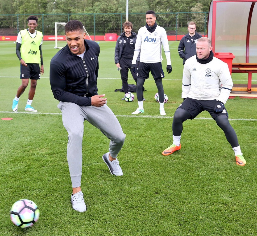 C_uSQ9SWAAApNij Anthony Joshua Trains With Manchester United Players, Pictured With Jose Mourinho (Photos)