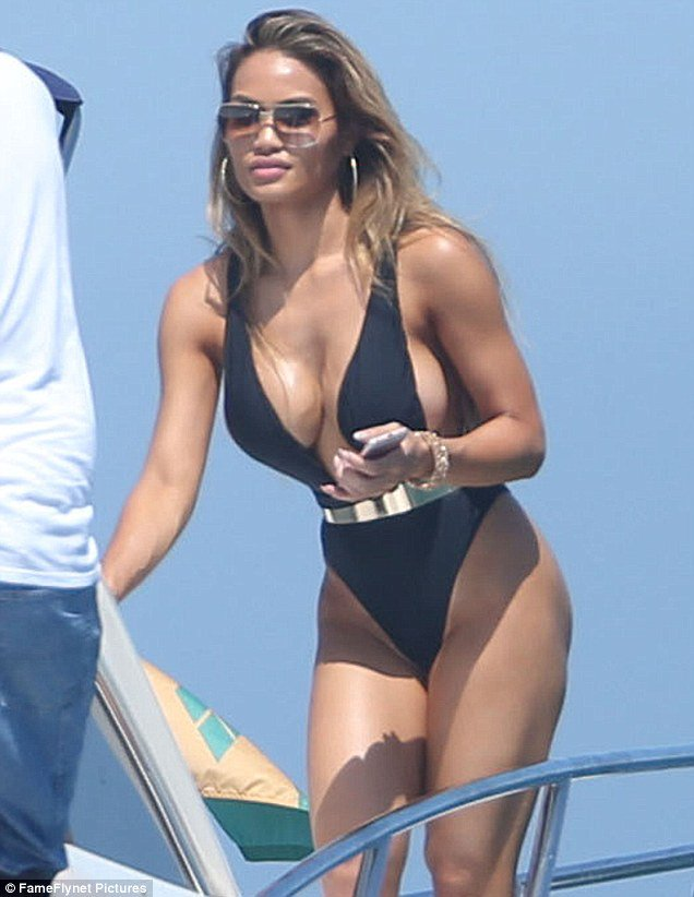 Daphne Joy Flaunts Her Curves On Holiday In Mexico Weeks