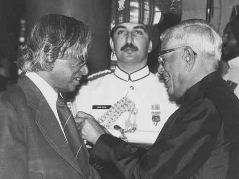 """Prasar Bharati प्रसार भारती on Twitter: """"#RememberingKalam: 1990::  #MissileMan of India, Dr. #APJAbdulKalam receiving #PadmaVibhushan Award.… """""""