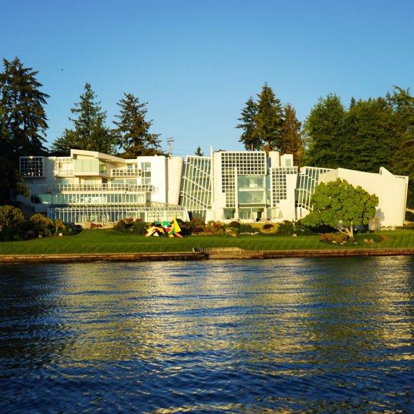 CqFO1QXUAAQygoU The Windows 2000 house on Lake Washington