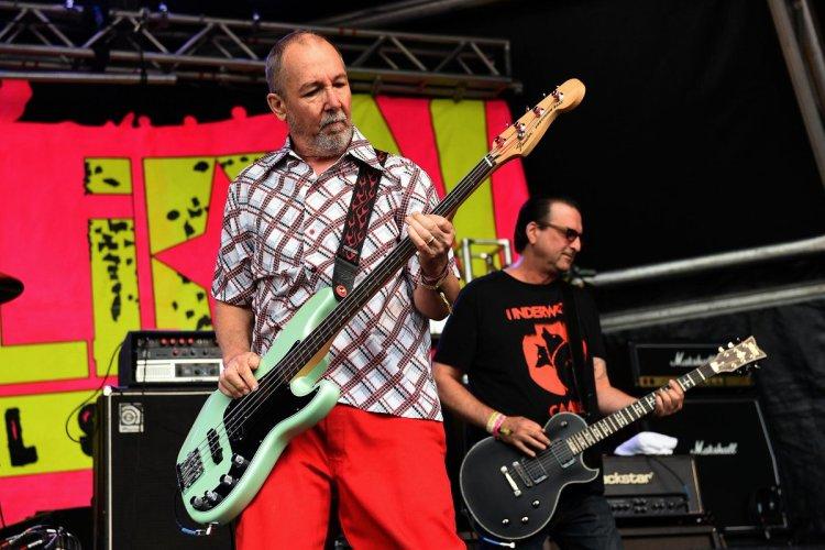 "Fender on Twitter: ""Black Flag bassist, Chuck Dukowski with his sea foam  green #FenderDeluxeSeries P Bass at @RebellionFest… """