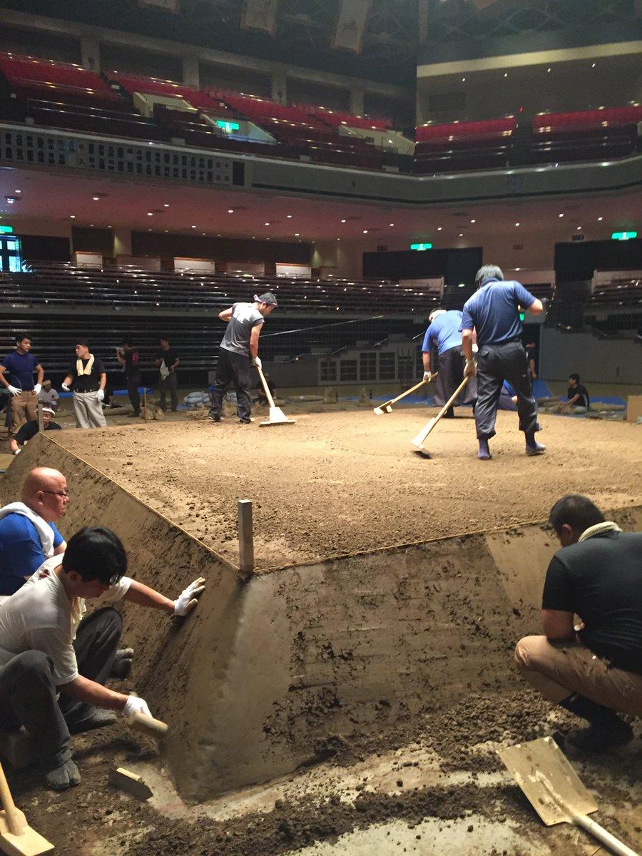<土俵築>たたきで土俵の側面も固めていきます。土端をきれいに仕上げます。#sumo - scoopnest.com