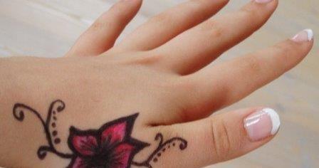 Gambar Tato Bunga Mawar Simpel Di Tangan