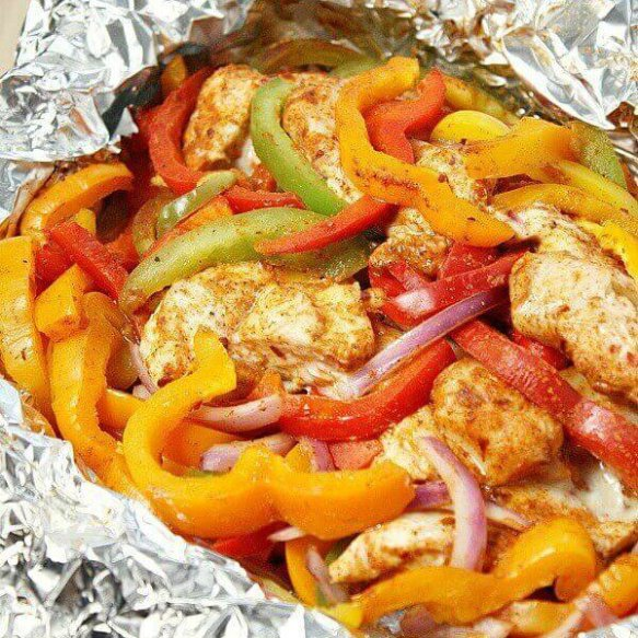 Grilled Chicken Fajita Foil Packet Meal from @RealHousemoms