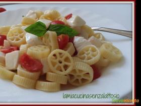 Insalata di pasta fredda alla capreseRicetta qui: