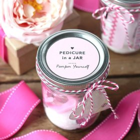 This Pedicure in a Jar is the perfect DIY gift! DIY giftideas