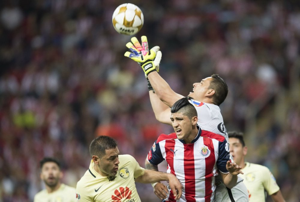 Moisés Muñoz gana el balón a Alan Pulido