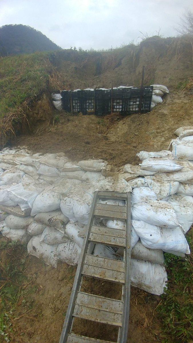 test ツイッターメディア - 昨年の台風で 崩れた実家の田んぼの土手。 市役所とか申請したけど、 全然直してくれず、 田植えに間に合わなく なるんで、家族でDIY。 雨☔の中…😅 https://t.co/4lGwCNXbpO