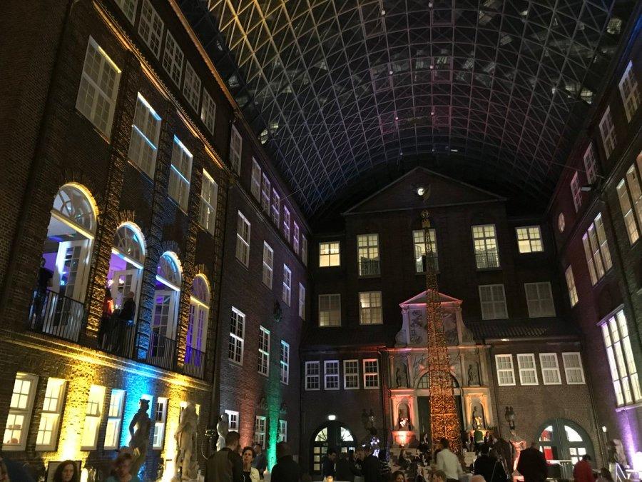 test Twitter Media - Besucher*innen tummeln sich im Innenhof des Museum für Hamburgische Geschichte in der #lndmhh 2019 ✨🌙. Magisch 🤩! @histmuseenhh  📸 © S. Aßmann https://t.co/0JqnScovXr