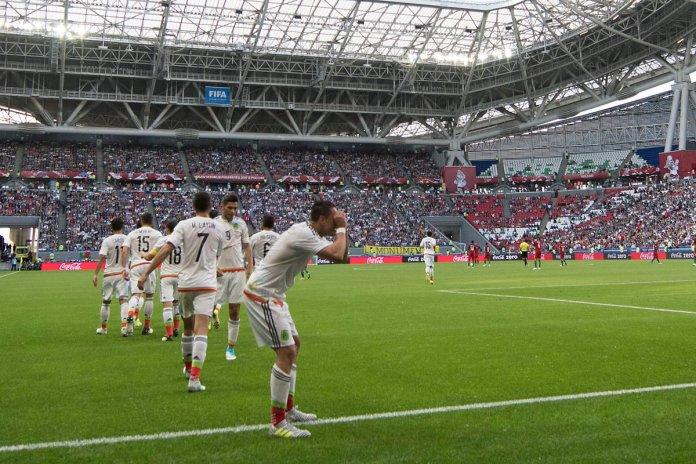 Chicharito celebra el gol de México vs Portugal