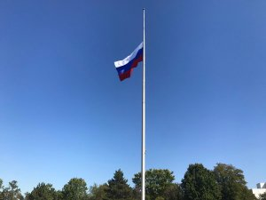 "Russian Embassy in USA 🇷🇺 on Twitter: ""The flag at the Russian embassy in  Washington, DC flying at half-staff in respect for victims of the senseless  act of violence in Las Vegas…"