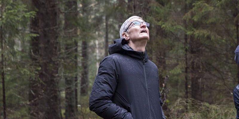 Apple just did something unprecedented: its market value passed $900 billion