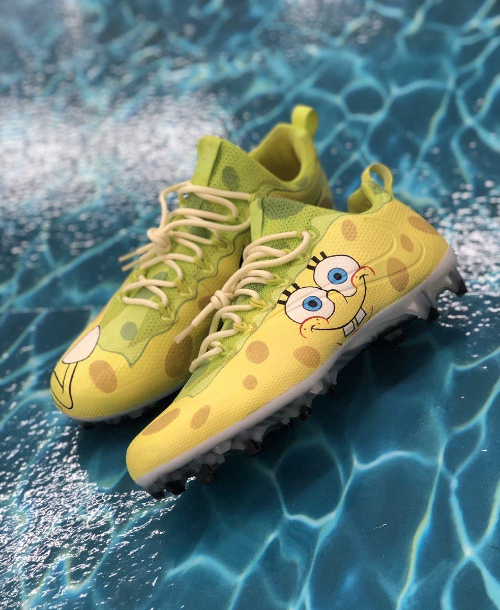 Spongebob Cleats : spongebob, cleats, Mache-, Artwork, Shoes., Twitter:, WÖn'T, THRôw, DÏgGs..., Spongebob, Themed, Cleats, Brodie, @stefondiggs, Today., Classic