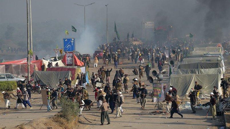 Pakistan के कई शहरों में जबरदस्त खूनी बवाल, चारों ओर बिछ गयीं लाशें, धमाकों से दहली सरकार