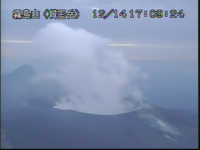 test ツイッターメディア - 霧島山(新燃岳) 火山の状況に関する解説情報(12月15日16時) https://t.co/xSrFajk10L 「火山性地震は14日からやや増加しています。浅い場所を震源とする低周波地震は観測されていません…」  昨日の様子。 https://t.co/Xy2YNG4vdl