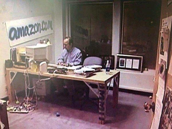 """Fotos de Fatos on Twitter: """"Jeffrey Bezos, proprietário da empresa Amazon,  em seu primeiro escritório, em 1995.… """""""