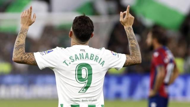 Antonio Sanabria recibe la noticia menos deseada del Betis mientras se  recupera de su lesión