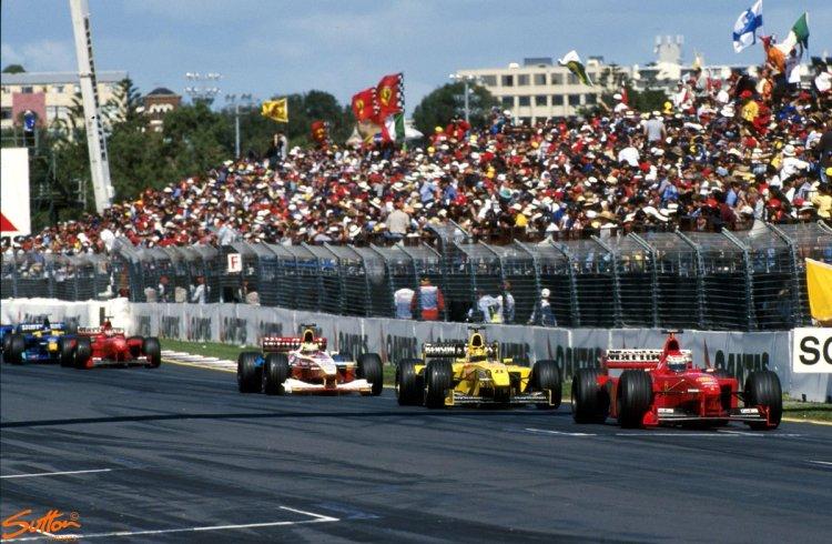 Avevo 9 anni quando vidi infrangere, alla curva Stowe, il sogno del mondiale piloti per la Ferrari. Invece Irvine mi dette speranza.