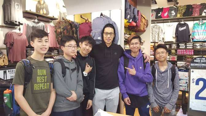 "Fans ran into Jeremy @JLin7 at Metropolis in Metrotown today~✌😍🤗👌🏀🙆🙌❤ josh_bod:Met Jeremy Lin Today hovanlui:Today was Linsane daan.inc:""Write a caption"" henryatanywhere:早日康復Jeremy Lin I'm so lucky lol #THERE7URN✌#prayforyou 🙏💕#neverdone 👊 #THERE7URN"