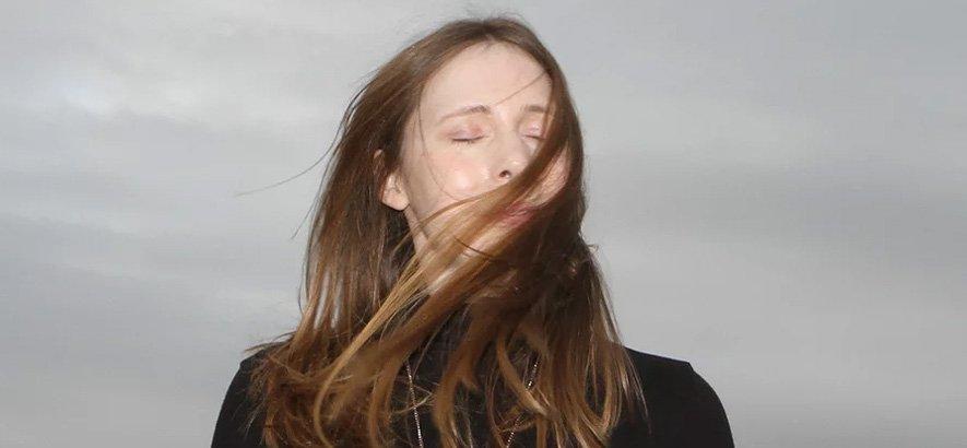"""test Twitter Media - Die Londonerin Alice Hubley aka Alice Hubble macht sich aktuell bei zahlreichen DJs beliebt. Der Grund: ihr Song """"Goddess"""". Der minimalistische Synthie-Ohrwurm ist heute unser Track des Tages! → https://t.co/9aiGJmAGNt https://t.co/lpRLKpTEnr"""