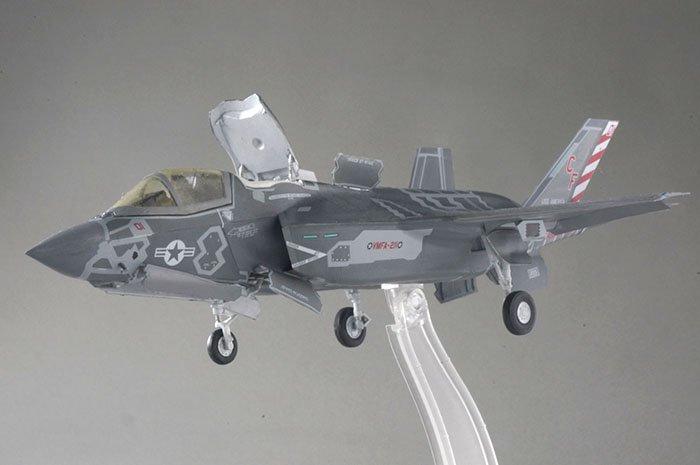 test ツイッターメディア - F35って、見慣れない形だったのもあって、最初はう~んって思ったけど、見慣れてしまうものですねw今後、数十年間は最も目にする戦闘機になりそうですし…  こんなにデカールを大量に貼ったのは人生初ですw  #ハセガワ #F35B #プラモデル #戦闘機 #筆塗り https://t.co/mM78TfJ50v