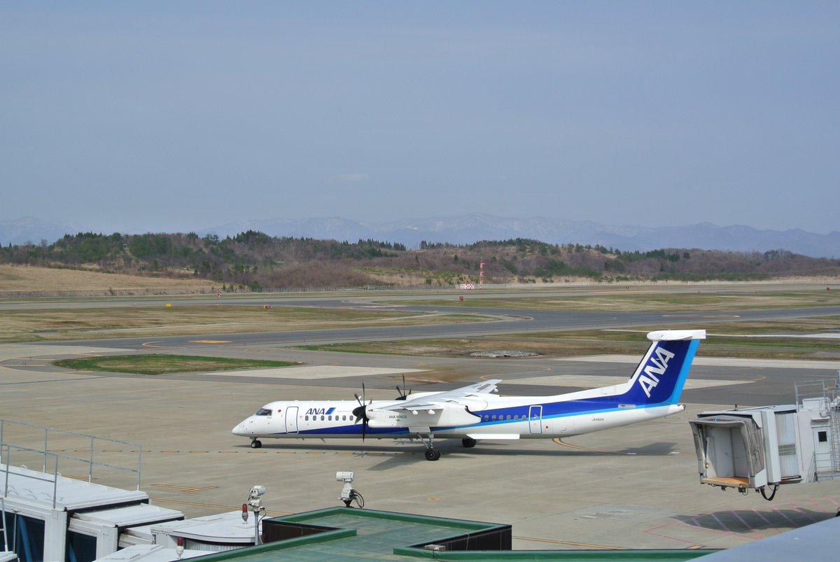 """test ツイッターメディア - #航空機 #秋田 #写真  プロペラ機の「音速の貴公子」秋田から伊丹へ!  DHC8-Q400型機の詳細  カナダのボンバルディア・エアロスペース社によって製造された航空機 短中距離のフライトでは""""ジェット機に匹敵するスピード""""で飛ぶことが可能。 ANAウイングス(株)HPより。  秋田空港にて https://t.co/ryCCemnOen"""