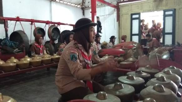 Peserta diajak berkenalan dengan seni karawitan sebagai salah satu budaya bangsa