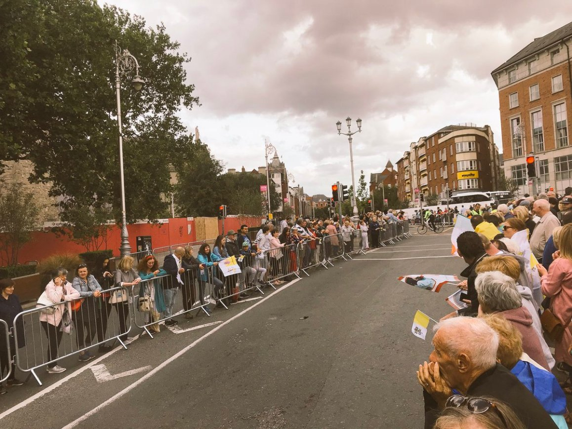 test Twitter Media - Streets filling up around the capital for @Pontifex tour of Dublin live on @RTEOne and @rtenews https://t.co/cZQiwbCbFc