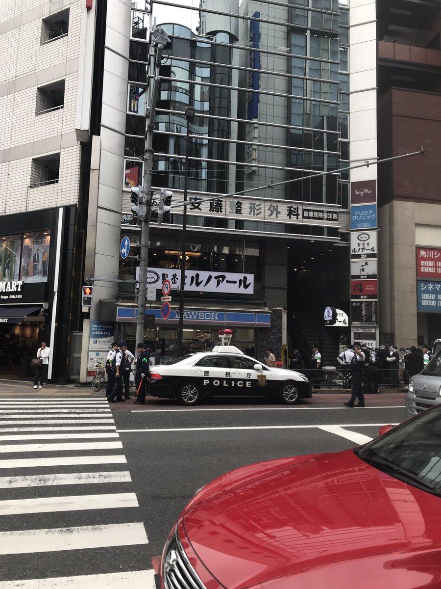 新宿三丁目駅前で殺人事件の可能性のある男性の遺体が見つかった現場の画像