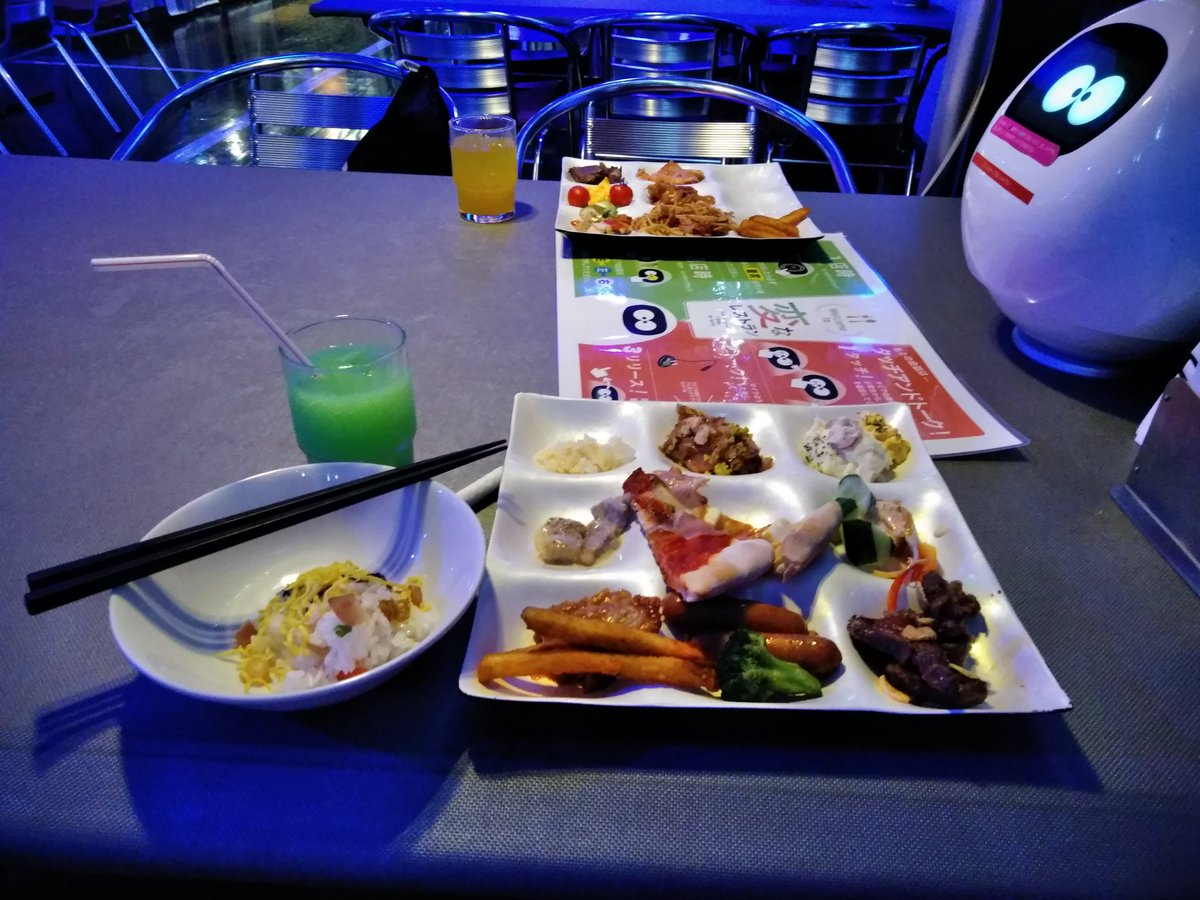 test ツイッターメディア - 奮発して夜は、変なレストランで食事〜😊 肉も柔らかかったし美味しかったしお腹いっぱい笑 おしゃべりロボットが各テーブルに一台。ソフトクリームとかカクテルとか寿司とかお好み焼き作るロボットおった〜 いつか変なホテルに泊まるのが夢笑 https://t.co/VcmlCNL1gW
