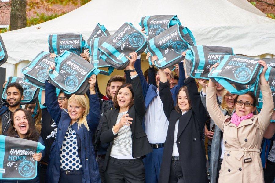 test Twitter Media - Bezirksamtsleiterin Sophie Fredenhagen begüßt die neuen Studierenden der @TUHamburg zum Studienstart in #Harburg. Herzlich Willkommen! Fotos: Pauline Schröder Dennis Imhäuser @BAHarburg / @tutech @NIT_HH https://t.co/v9R9KSzjaX