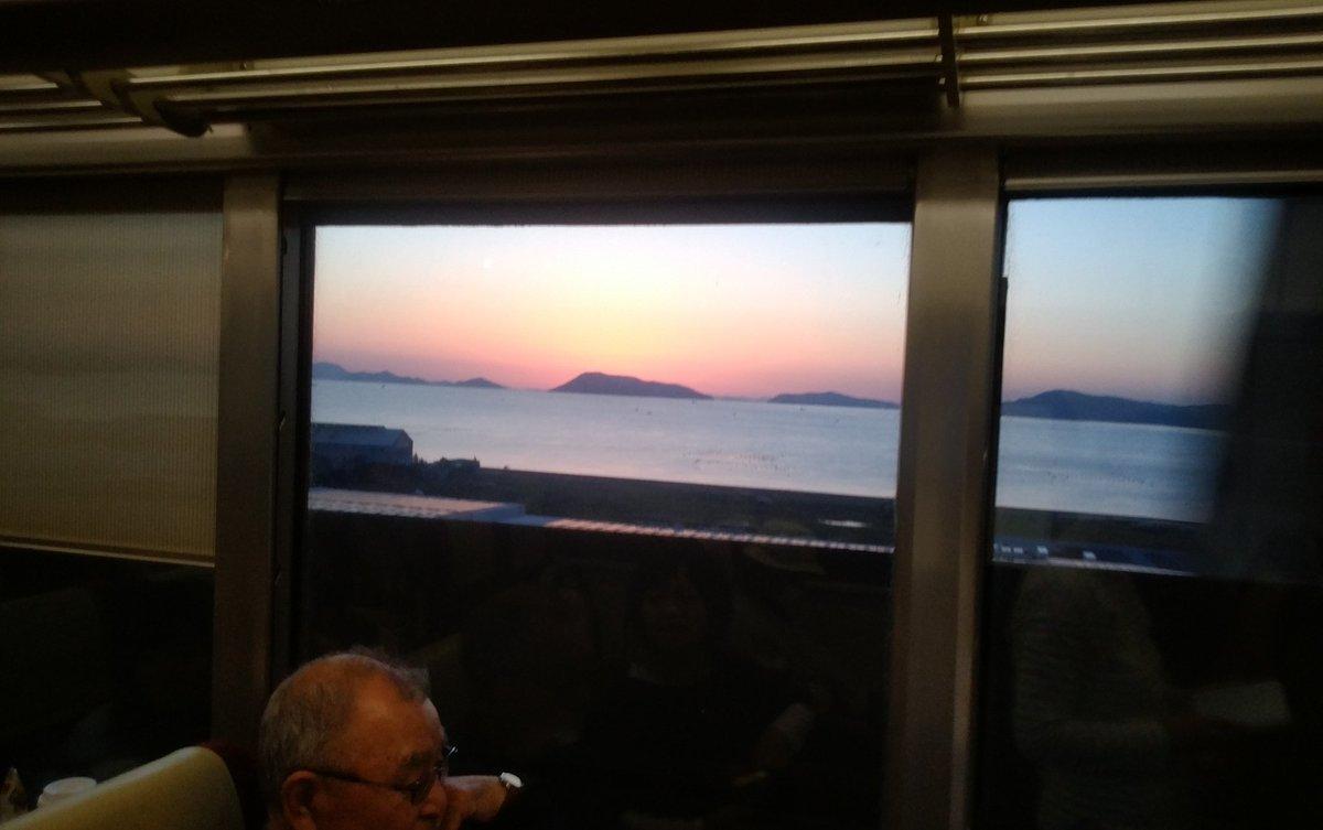 test ツイッターメディア - 瀬戸大橋線からの夕日がきれい 隣に座った方も、思わずパチリ https://t.co/8i1yKCIhGM