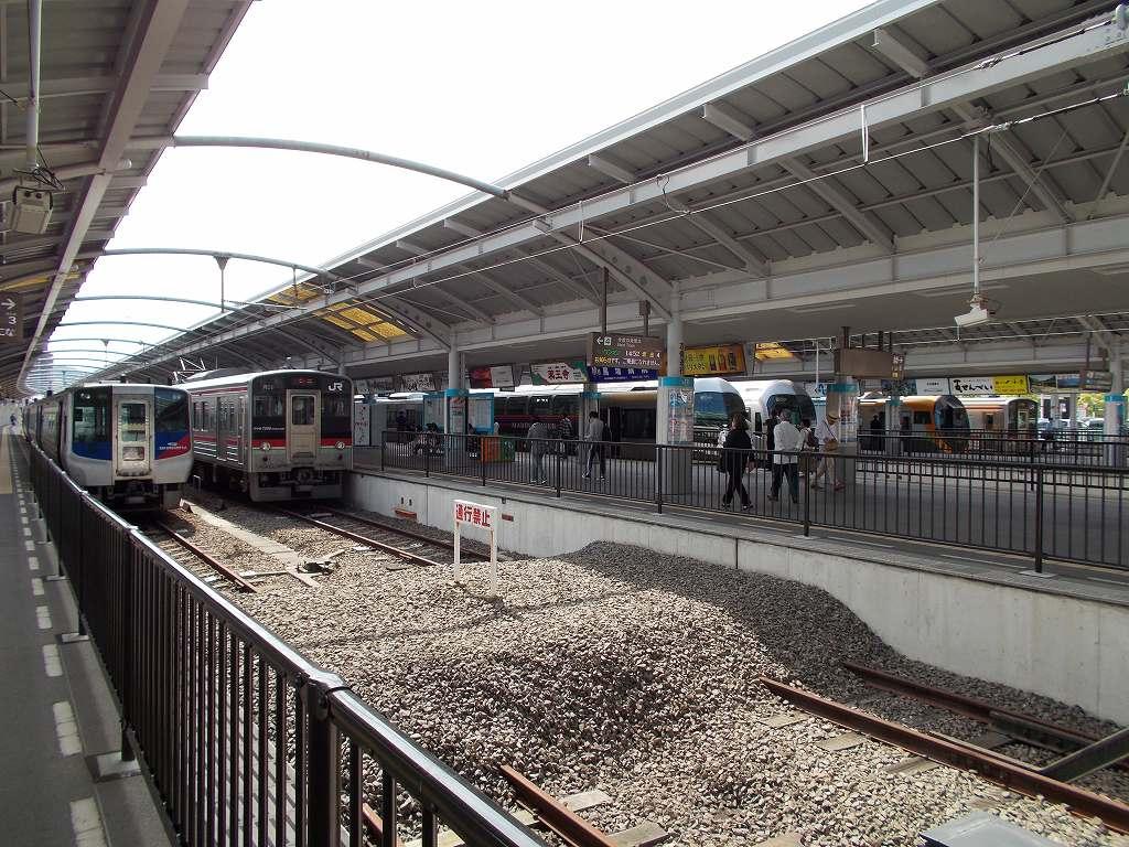test ツイッターメディア - 2018年、高松駅(香川県)。  #予讃線 #高徳線 #瀬戸大橋線 #JR四国 #駅 #鉄道写真  本四連絡の役目は本四備讃線に譲りましたが、今でも松山、高知、徳島の各方面を結ぶ特急列車が発着する交通の要衝です。連絡船時代を彷彿させる、頭端式のホームに列車が居並ぶ光景は壮観です。 https://t.co/fnnquS1qez