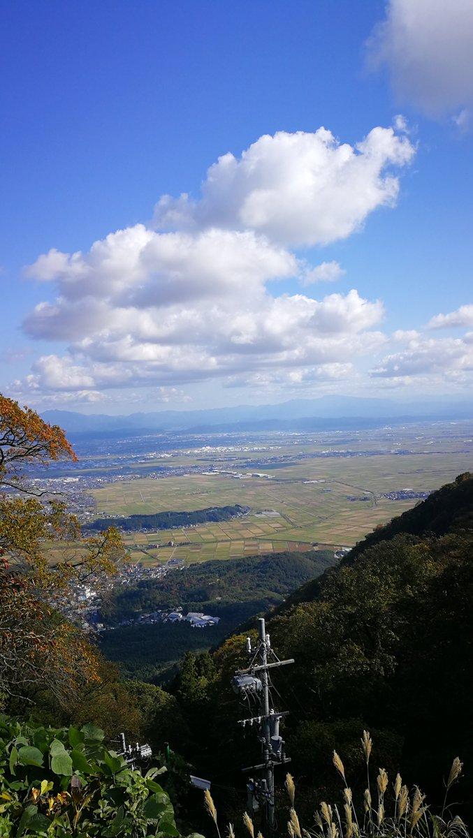 test ツイッターメディア - 昨日は登山に行ってました〜 青く澄み渡る空!心が洗われるようです〜 ちなみにこの山、弥彦山というのですが、標高が634mなのです。スカイツリーと一緒だね https://t.co/wkHA3i7i5q