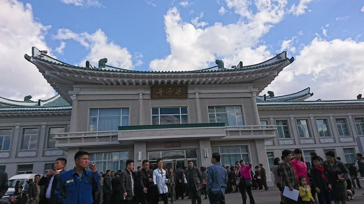 test ツイッターメディア - 昼食。玉流館へ。そう南北首脳会談が平壌で行われたときに韓国大統領が平壌冷麺を食べた場所だ。何か軍の会議があったらしく軍人でいっぱいいて、なおかつ普段なら2時間待ちなのだが、観光客はVIP扱いで10分待ちで入れた。予定通り日本円で5000円払う。これが北朝鮮で1番お金がかかった。 https://t.co/II1F2HzZXR