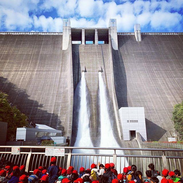 test ツイッターメディア - 宮ヶ瀬ダムの観光放流。すごい迫力!!そして水しぶき冷ぇ。 #宮ヶ瀬ダム #宮ヶ瀬湖 https://t.co/TNH8LV8sxV