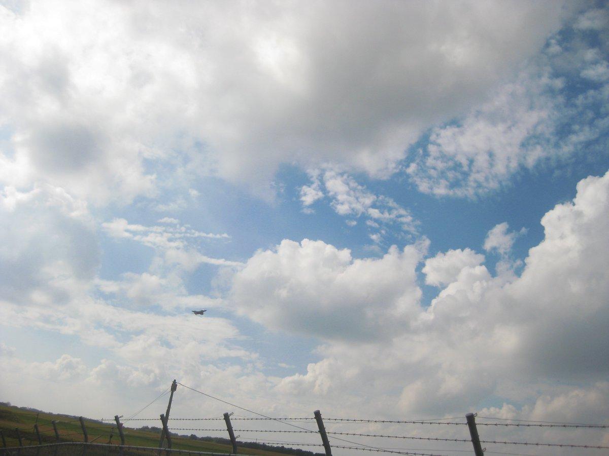 test ツイッターメディア - 本日の百里ぐらふぃー2  『確かこっちが着陸なんじゃなかったっけ?』とのんきに構えてたら・・・飛んできました(爆 『あれ?エンジンの音が近づいて・・・ってぇwww』と(-w-; 今日は北からの風だったので北に向かって離陸だったようです。 F-4,ファントムおじいちゃんの離陸を見れました。 https://t.co/C9DtUXCzwv