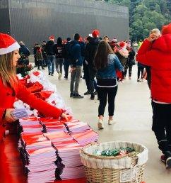 c est no l avant l heure sur le parvis de l allianzriviera cadeaux ogcnice distribution de bonbons photo avec le p re no l les supporters profitent  [ 1200 x 900 Pixel ]