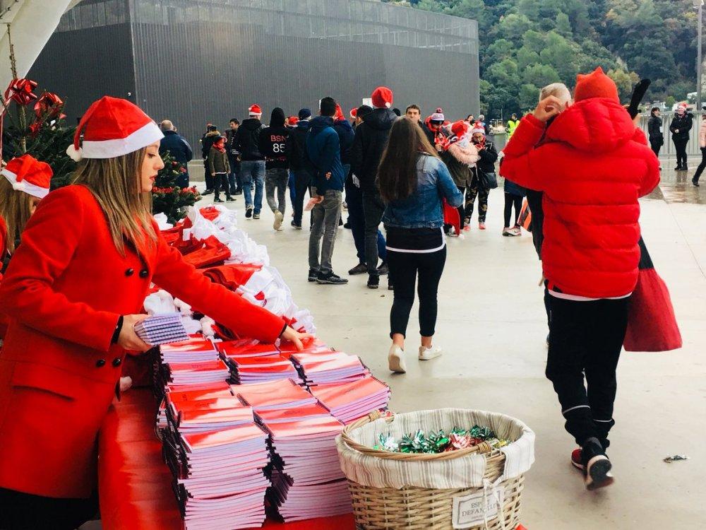 medium resolution of c est no l avant l heure sur le parvis de l allianzriviera cadeaux ogcnice distribution de bonbons photo avec le p re no l les supporters profitent
