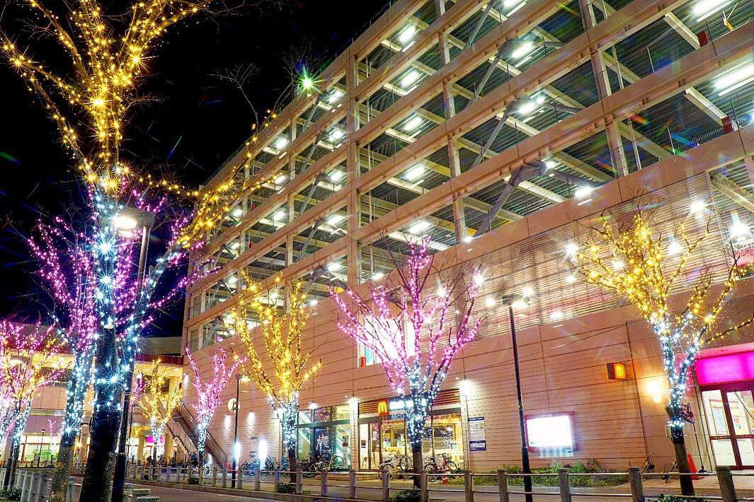 test ツイッターメディア - 東西線妙典駅前のイルミネーション 去年までのグリーンから 金銀ピンクの3色に変わってた。 #妙典駅 #東西線 #イルミネーション https://t.co/59hS9YsPPX