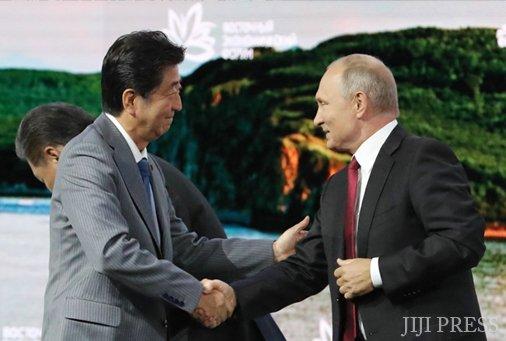 test ツイッターメディア - 【日ロ】北方領土でようやく「歴史的妥協」か─日ロ最大の外交課題に 法政大学教授 下斗米伸夫 2018年11月にシンガポールで行われた日ロ首脳会談で、プーチン大統領と安倍晋三首相は1956年の日ソ共同宣言を基礎とする平和条約交渉の加速を決定し、月末の首脳会談では日ロ外相を責任者… https://t.co/fjVV7Guwhy