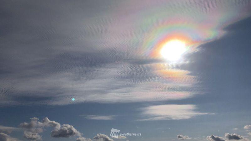 test ツイッターメディア - 富山で、太陽の周りの雲が虹色に色づく光環が出現。細かな波状雲とのコラボレーションで、かなり広範囲の雲が色づいて見えています。 https://t.co/aqbsBJ0DfN https://t.co/ItVkYVtCP1
