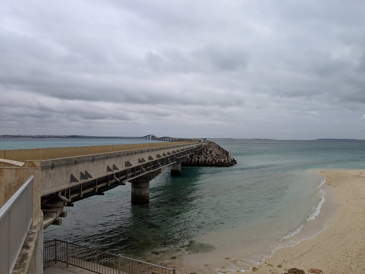 test ツイッターメディア - 【伊良部大橋】 海に向かって走れ!な橋。 2015年に完成した宮古島と伊良部島を繋ぐ「料金を徴収しない日本最長の橋」 天気は今ひとつですが、海の上をドライブするのは最高です!  #宮古島 #伊良部島 https://t.co/LO9gfTkvTY