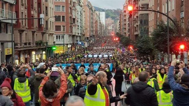 Unas 70.000 personas piden en Bilbao el fin de la dispersión de los presos de ETA